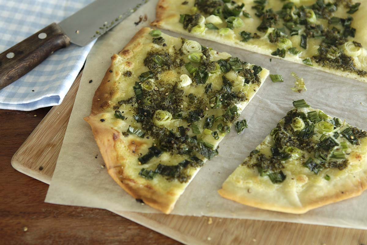 flammkuchen mit mascarpone und pesto. Black Bedroom Furniture Sets. Home Design Ideas