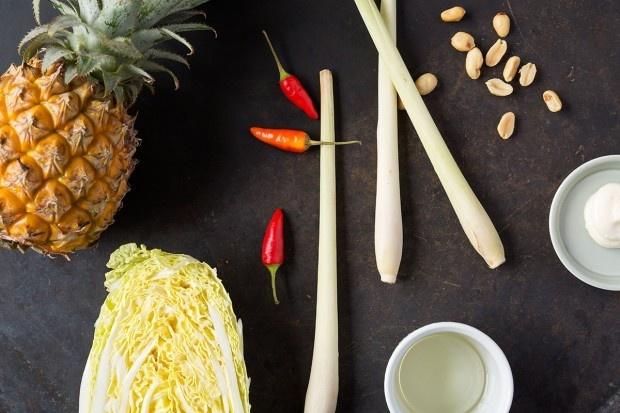 Zutaten für Chinakohl-Ananas-Salat mit Zitronengras