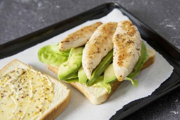 Gebratenes Poulet und Avocadoscheiben auf Toast