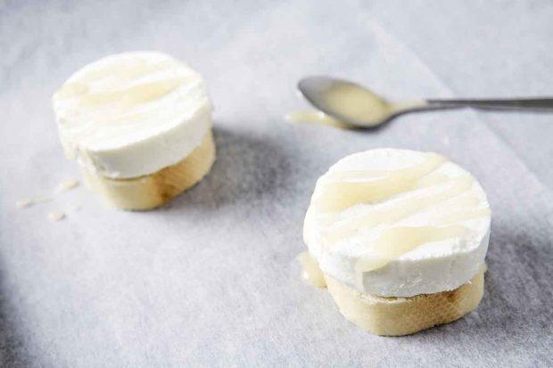 Ziegenfrischkäse mit Honig auf Baguette