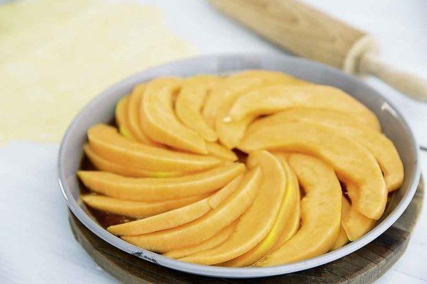 Melonenschnitze auf Kuchenteig