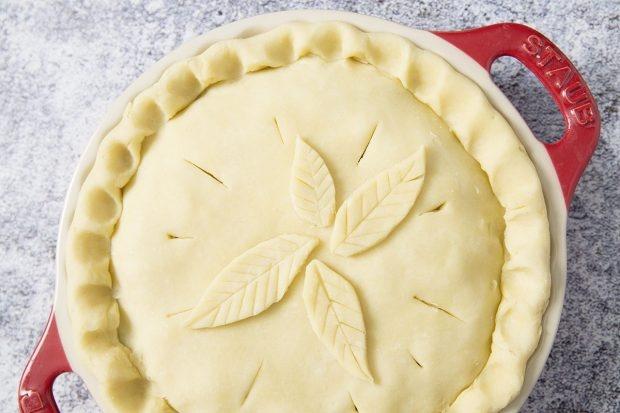 Apple Pie mit Teigresten verzieren