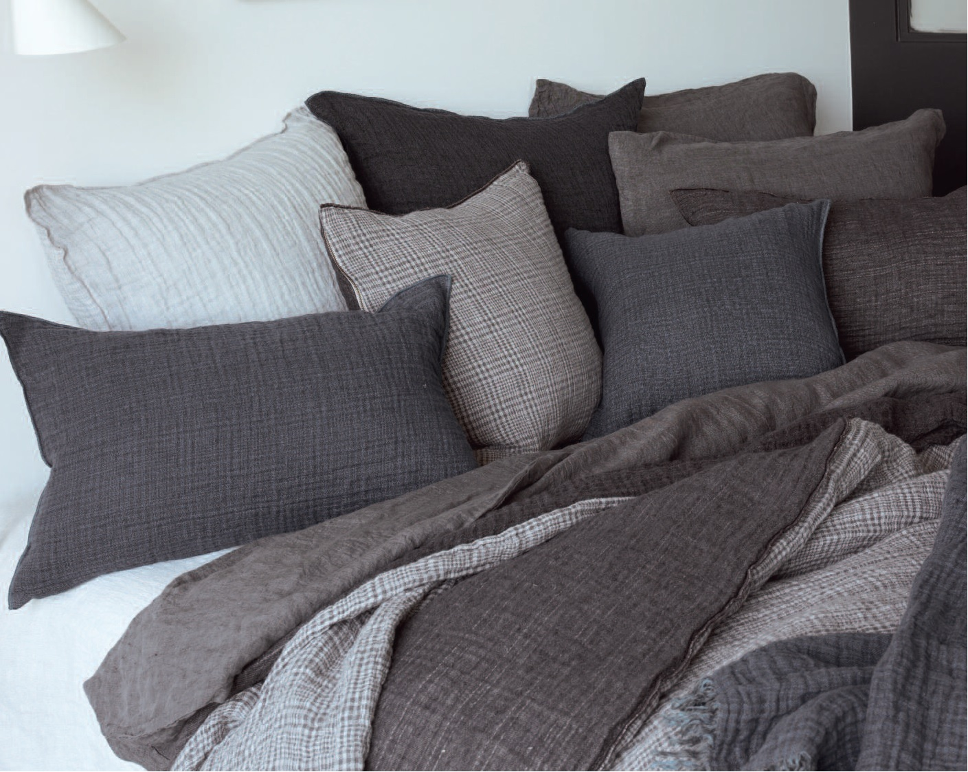 mit decken plaids und kissen wohlig durch den winter. Black Bedroom Furniture Sets. Home Design Ideas