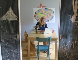 Arbeiten kann man überall, auch am Esszimmertisch. Cool: Schiebetüren mit Tafelfarbe bemalt.