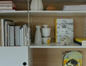 Céramique, livres d'art et première poterie du fiston. Une tête de mort.