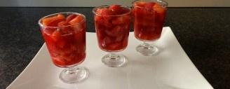 Erdbeer-Rhabarber-Kompott im Glas schmeckt warm und kalt (Bild: Athena Tsatsamba Welsch)