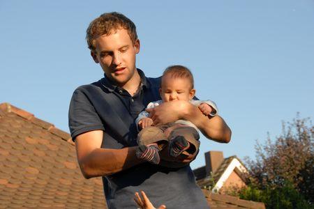Dominik Grolimund mit Neffe Ewan, um Aufmerksamkeit bettelt Neffe Noah. Liegt das Unternehmertum in der Familie? (zvg)