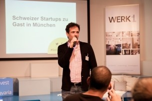 Auch Franz Glatz, Betreiber des Werk1, begrüsst die Zuschauer. Bild: Mirjam Sonner.