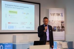 Bevor es dann los geht, schnappt sich auch Simon May vom IFJ das Mikro und bedankt sich bei den Partnern. Bild: Mirjam Sonner.