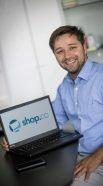 Jay Habib, CEO von shop.co freut sich
